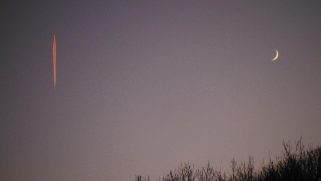 roter Kondensstreifen am Abendhimmel