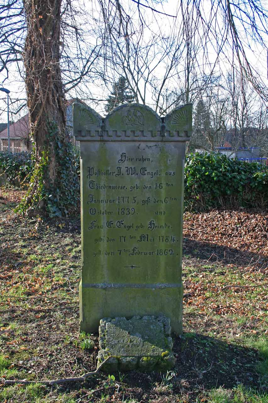 Friedhof Jeinsen uralter bemooster Grabstein