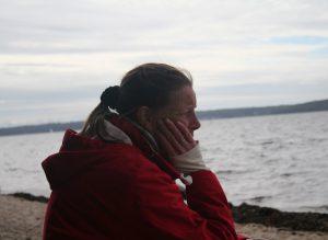 Kirsi Profilbild am Ostseestrand Blick übers Meer