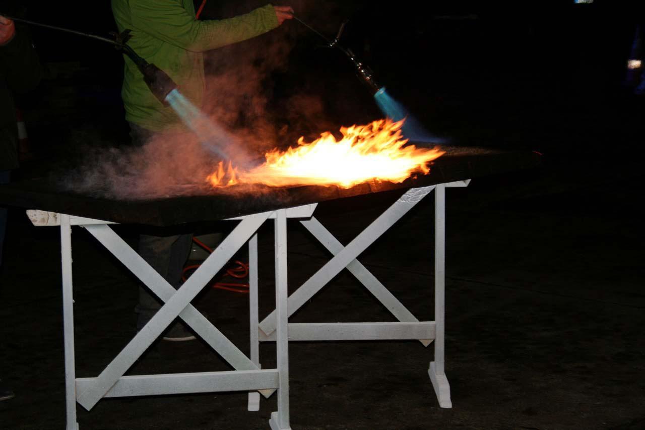 Oberflächenbehandlung von Holz Yakisugi Methode hier mit einer Gasflamme