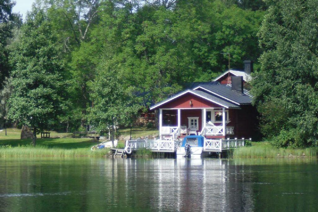 Sommerhaus an einem finnischen See mit Motorboot