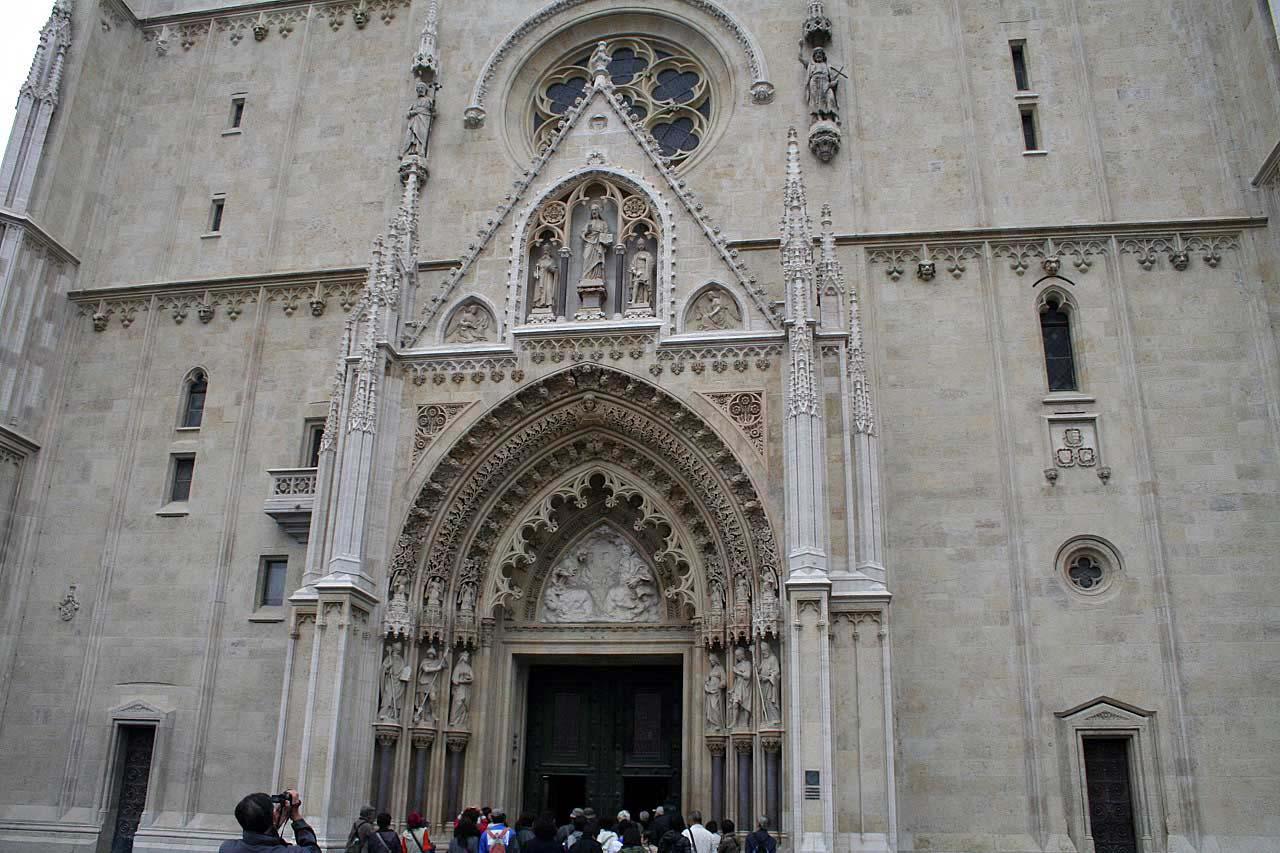 Das Eingangstor der Kathedrale in Zagreb