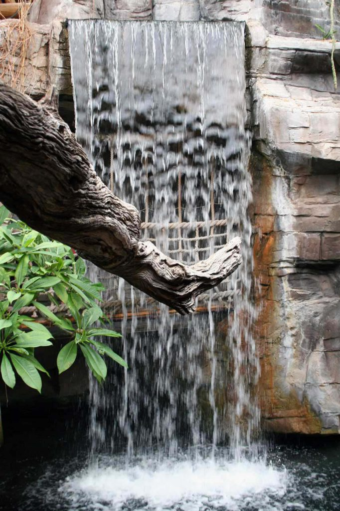 Wasserfall im Nilkrokodilgehehge im Tropenaquarium Hagenbeck in Hamburg.