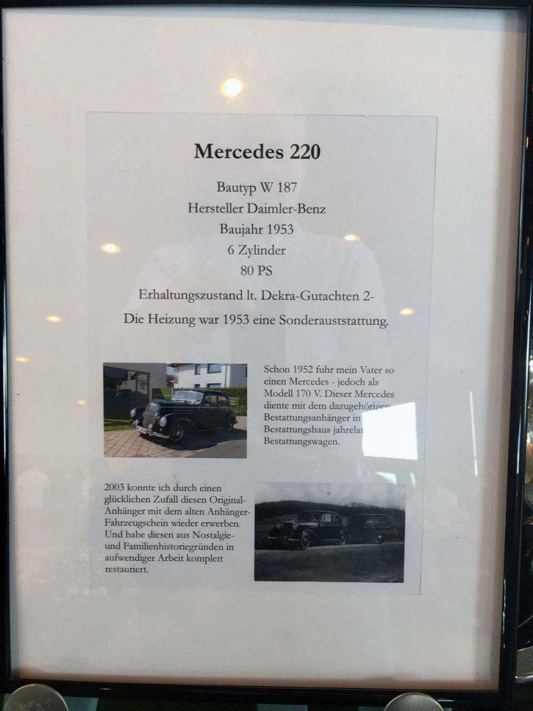Hinweisschild für den Bestattungswagen mit Anhänger von Mercedes. Es handelt sich um einen Mercedes 220