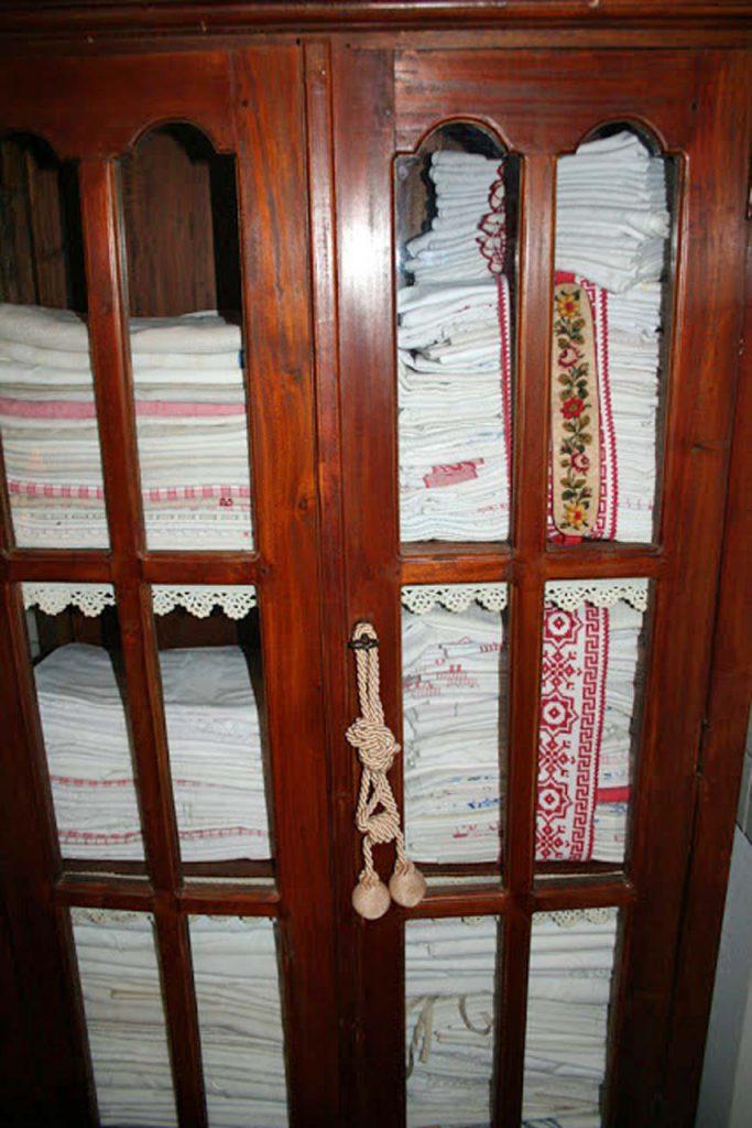 alter Wäscheschrank für die Aussteuer gefunden im Waschhaus in Ribbeck