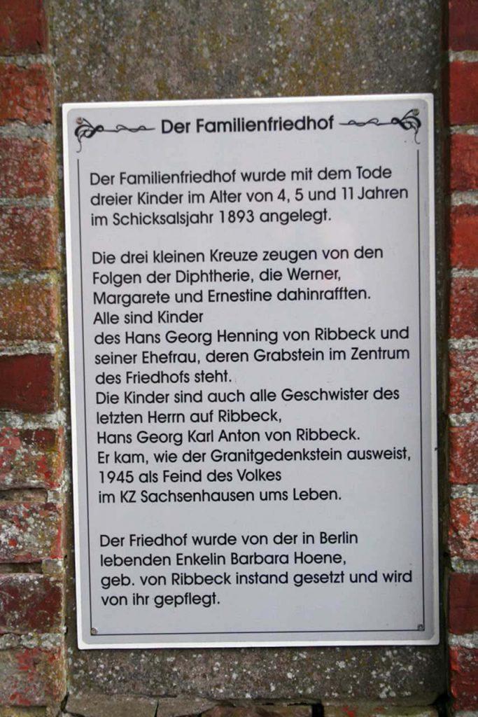 Hinweistafel zur Anlegung des Familienfriedhofs der Ribbecks