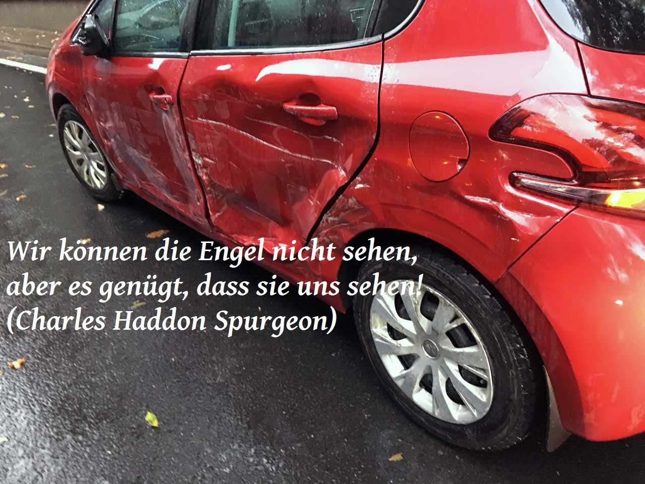 Unfallauto mit einem Zitat zum Schutzengel von Charles Haddon Spurgeon