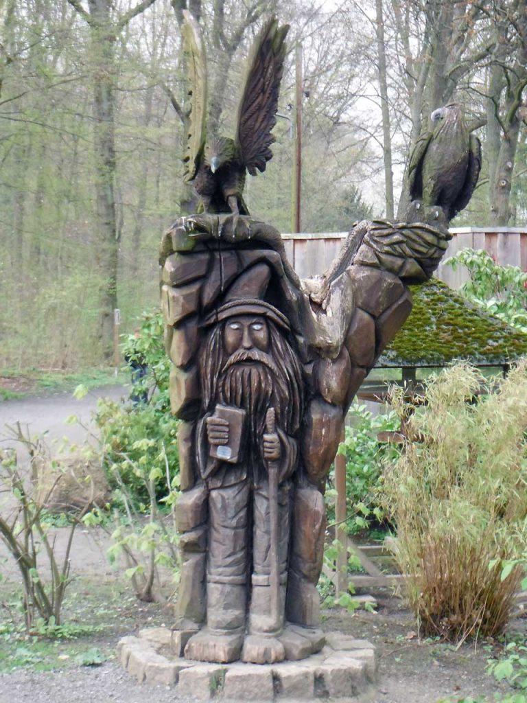 """geschnitzte Figur """"Waldschrat"""" oder Waldmensch im Wildgatter am Steinberg"""