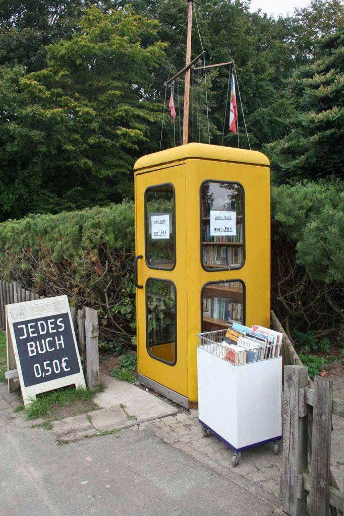 Telefonzelle mit Büchern als kleiner Flohmarktstand zum selber aussuchen und bezalen