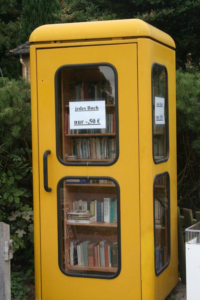 Vorderansicht der Telefonzelle mit dem Buchverkauf im Inneren