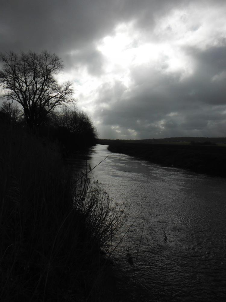 Innerste.jpg Fluß in Ahrbergen in schwarz-weiß