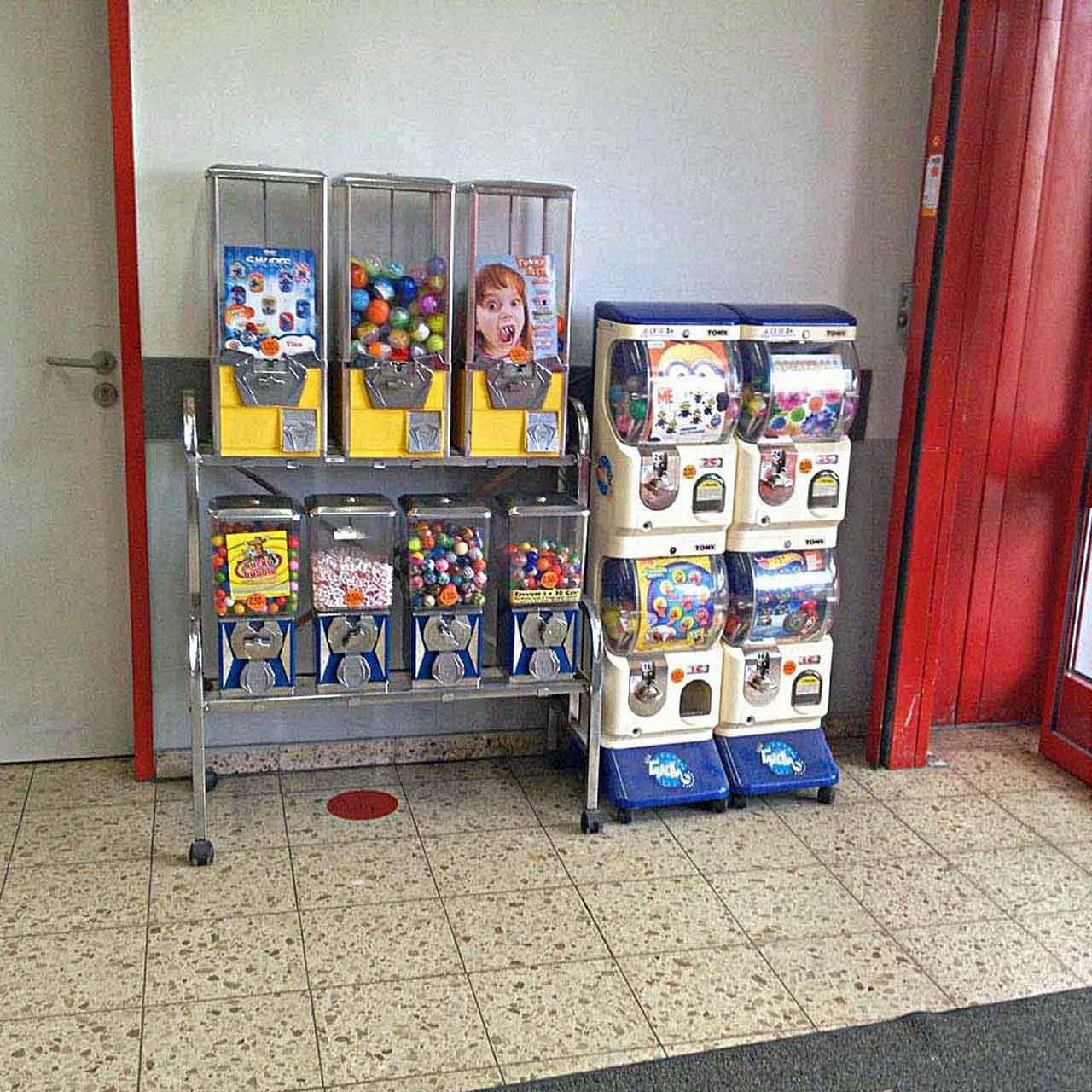Kaugummiautomaten in einem Geschäft wecken Kindheitserinnerungen