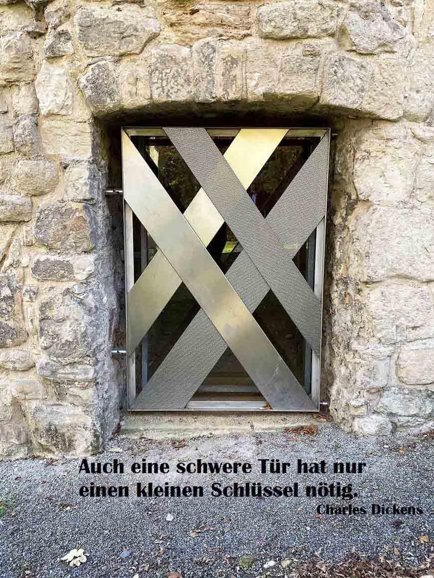 Tor in Liebenburg mit einem Zitat im Bild von Charles Dickens