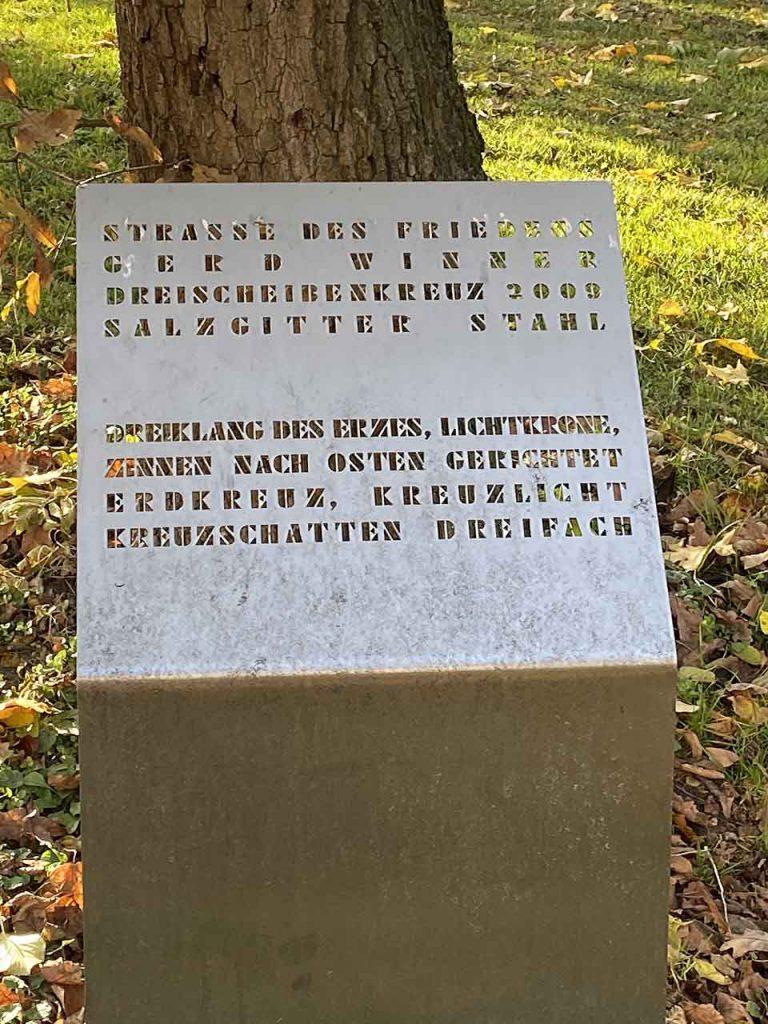 Hinweistafel zum Dreischeibenkreuz an der Straße des Friedens. Material Salzgitter Stahl