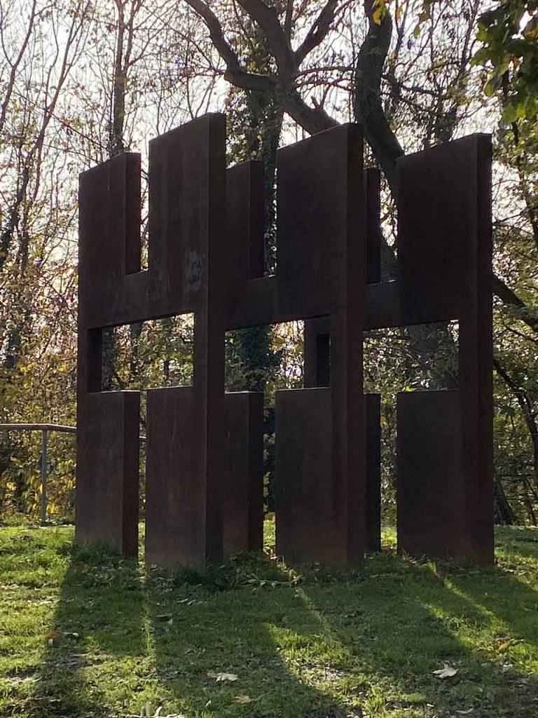 Dreischeibenkreuz in Liebenburg an der Straße des Friedens