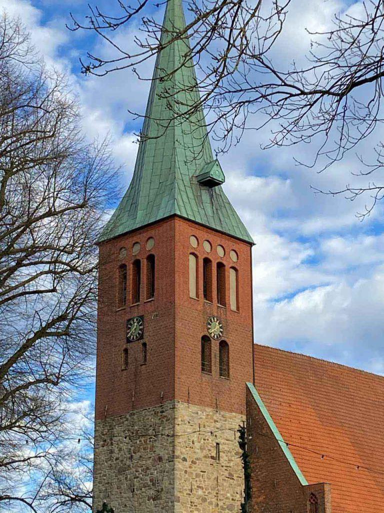Glockenturm der St. Nicolai Kirche in Sulingen mit den beeindruckenden Feldsteinen am unteren Teil des Turmes
