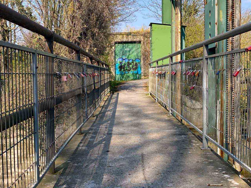 Malzfeldt Mühle in Sarstedt Brücke über die Innerste mit Liebeschlössern