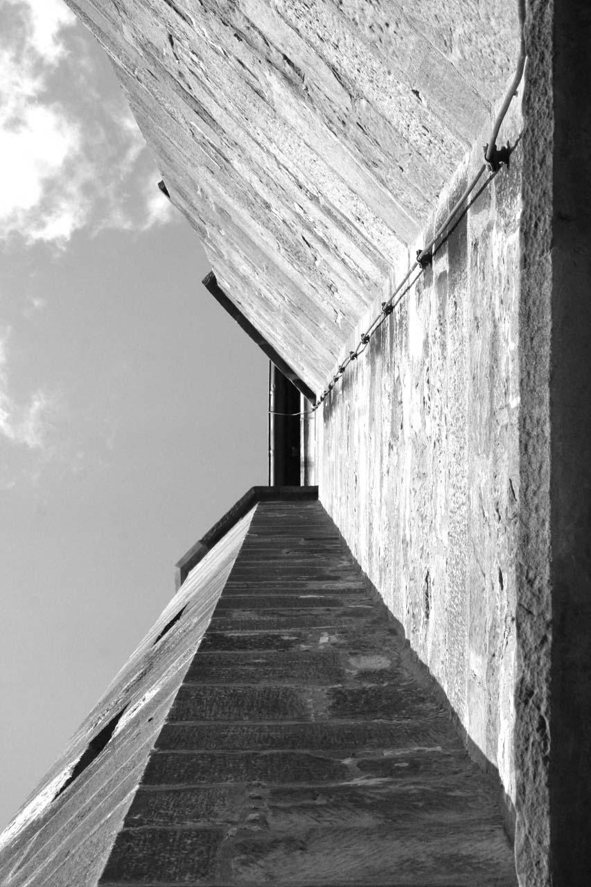 Mauern Klostermauern in schwarz-weiß