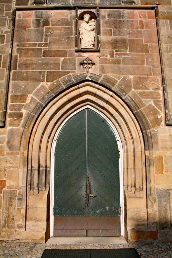 Das Tor zum Kloster Marienrode mit der Marienfigur direkt über dem Eingang