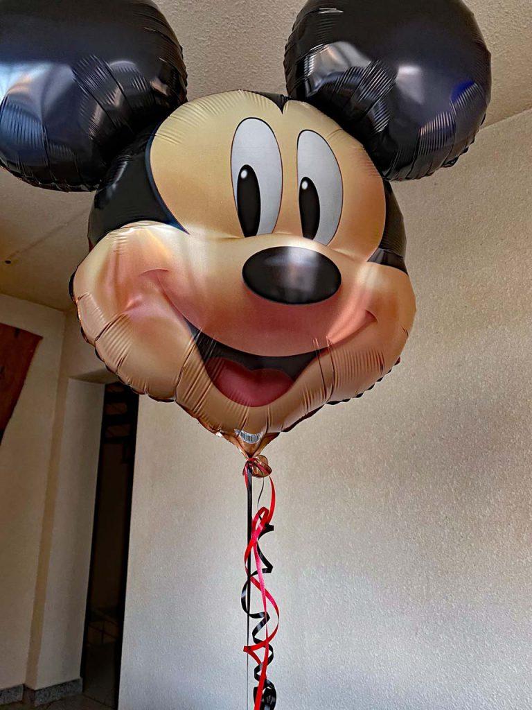 Ein Lächeln für Ich seh Rot als Mickey Mouse Luftballon
