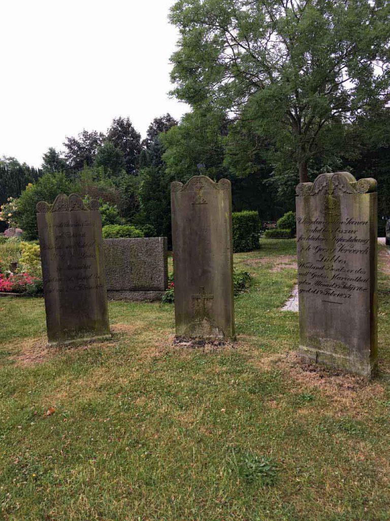 Borbyer Kirche Friedhof mit Grabsteinen