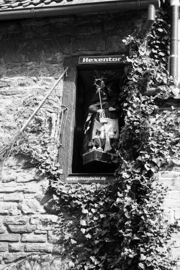 Hexe im Hexentor in Wernigerode in schwarz-weiß