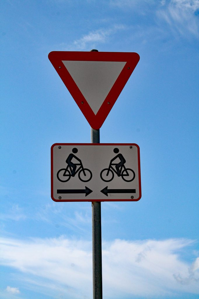 Verkehrszeichen in Dänemark. Vorfahrt gewähren für Radfahrer mit 2 Rädern darunter. Gesehen in Blavand