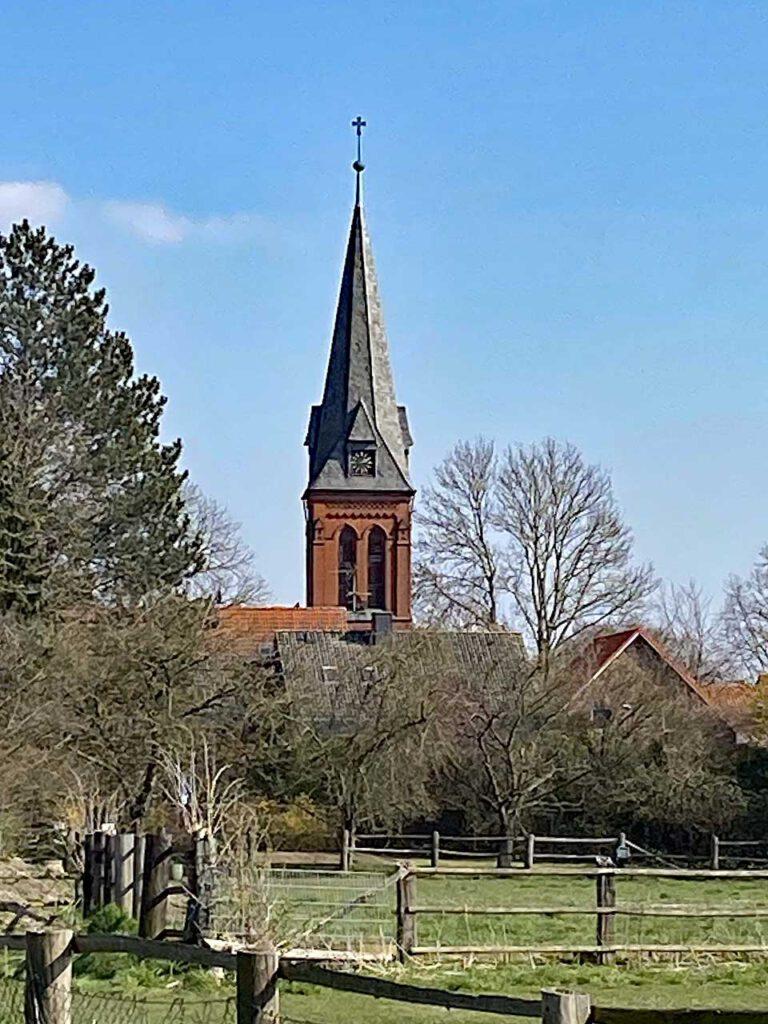 Giften Kirche mit dem schönen Glockenturm von der Bahnlinie aus fotografiert