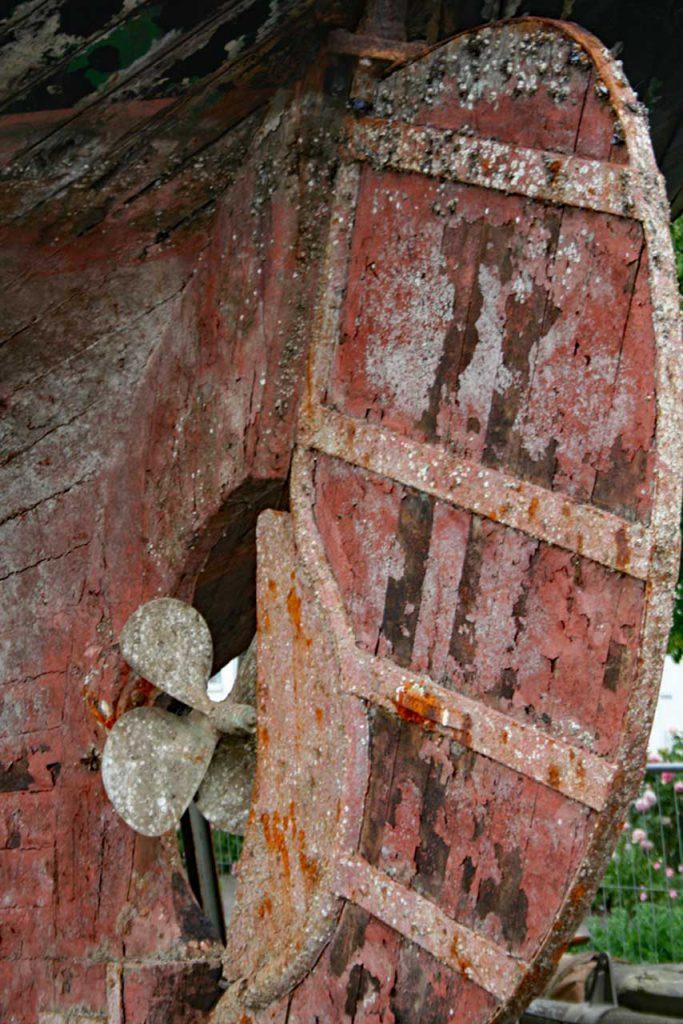 Alte Schiffsschraube am Wrack der Ninive im Hafen von Eckernförde