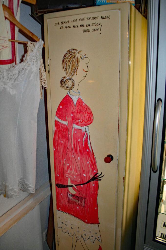 Altes Waschhaus in Ribbeck, Schrank mit Aufschrift Der Mensch lebt nicht von Brot allein