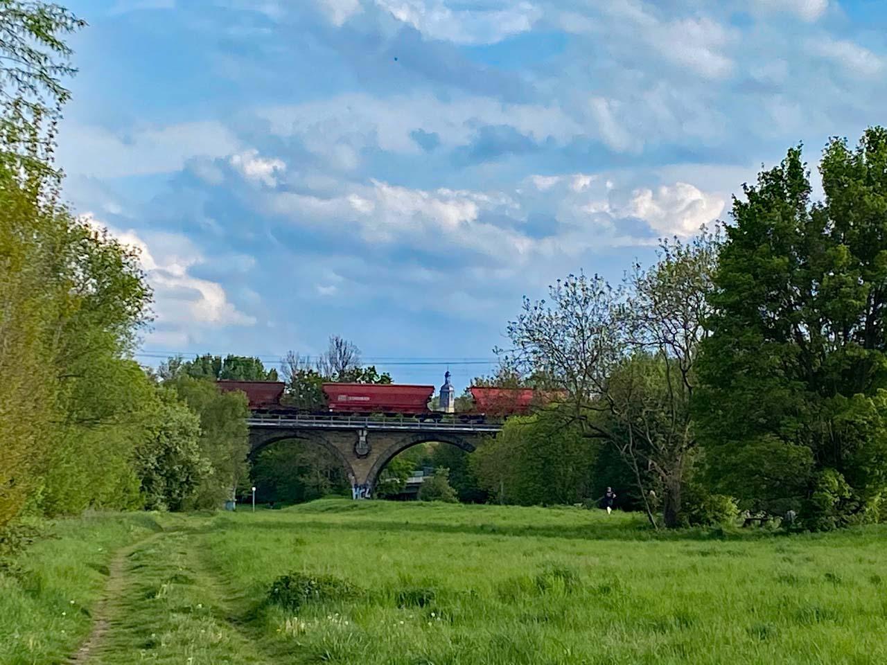 Eisenbahnbrücke mit Güterzug