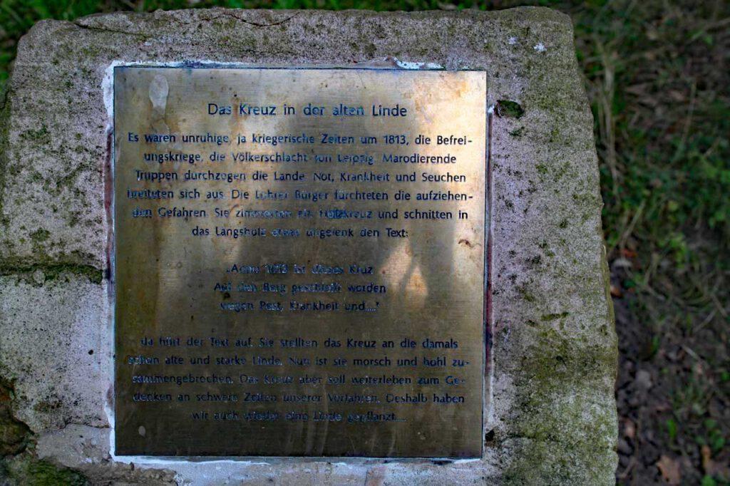 Hinweisschild zum Kreuz in der alten Linde