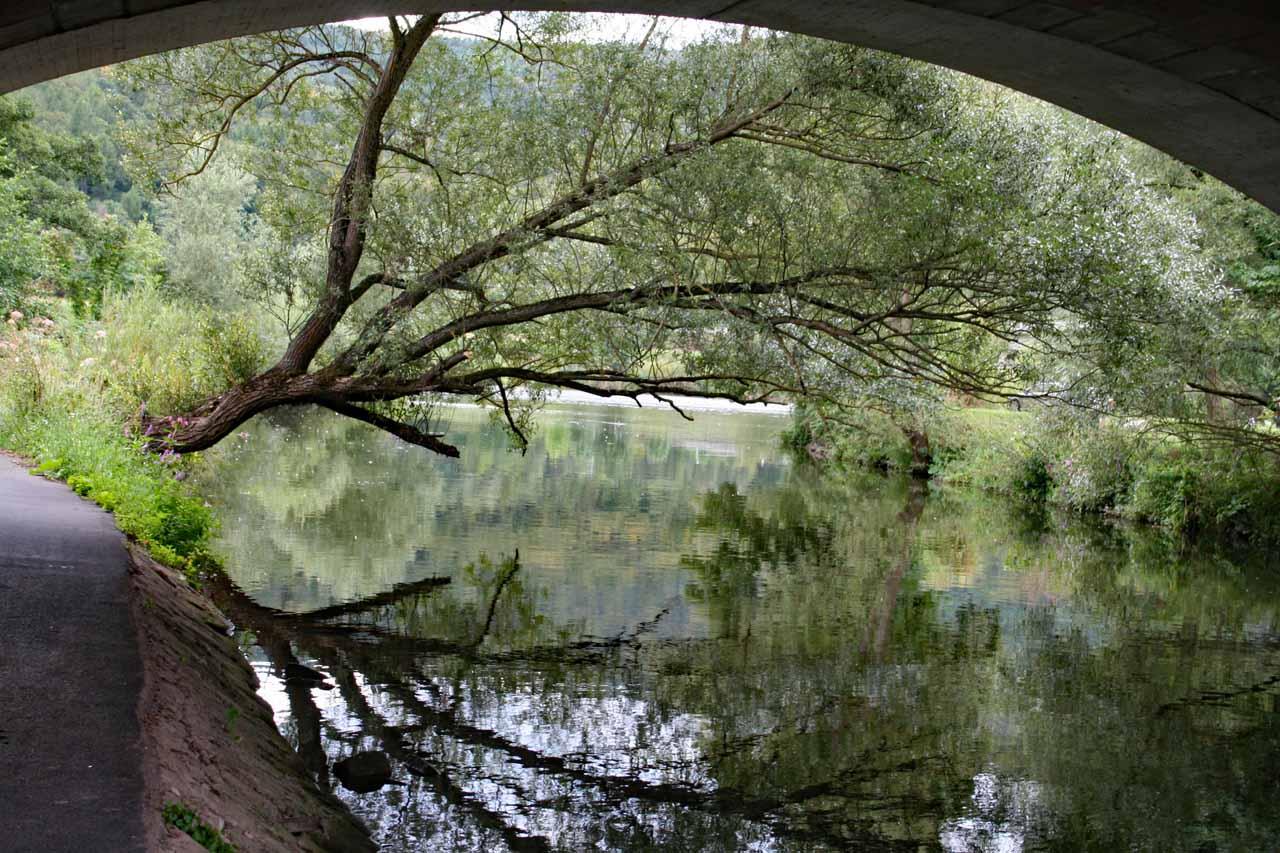 Der Main in der Stadt Lohr am Main unter einer Brücke fotografiert
