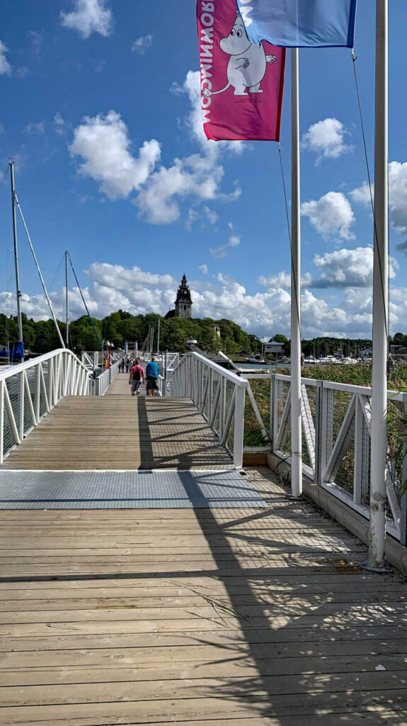 Brücke zu der Insel der Muminwelt in Naantali mit einer Muminflagge
