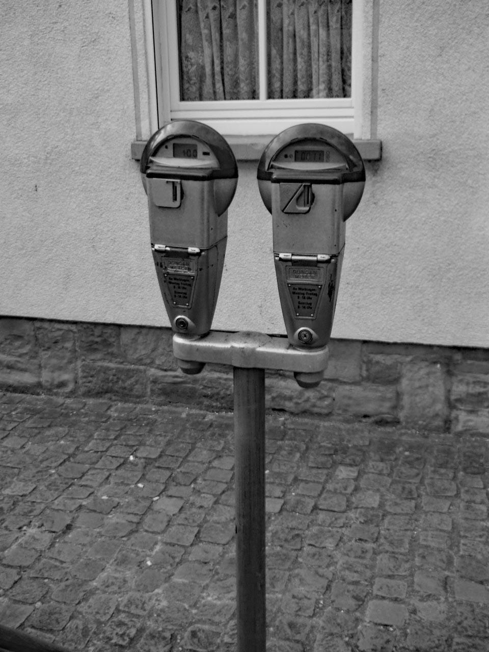 Parkuhren in schwarz-weiß