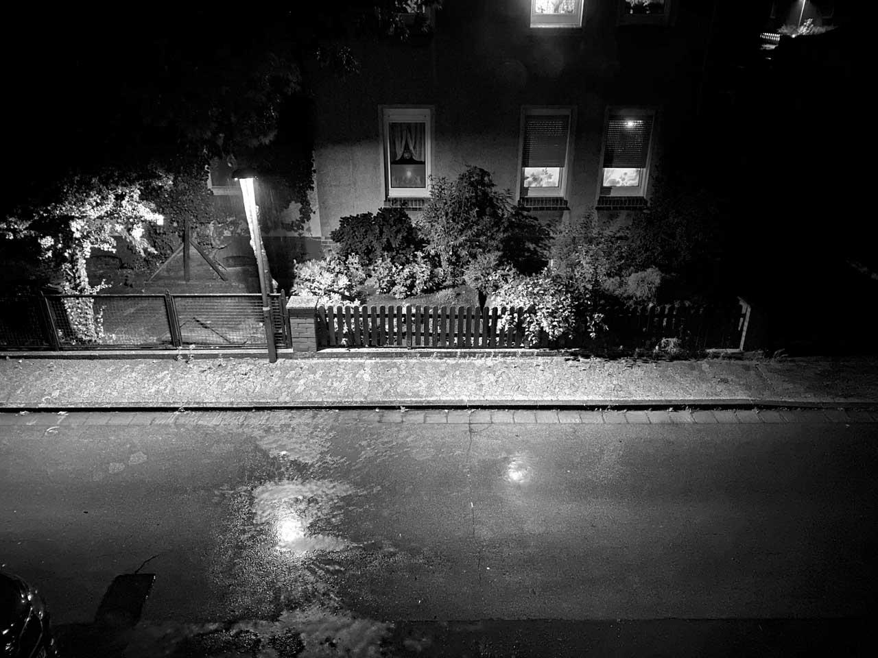 Straßenszene in schwarz weiß