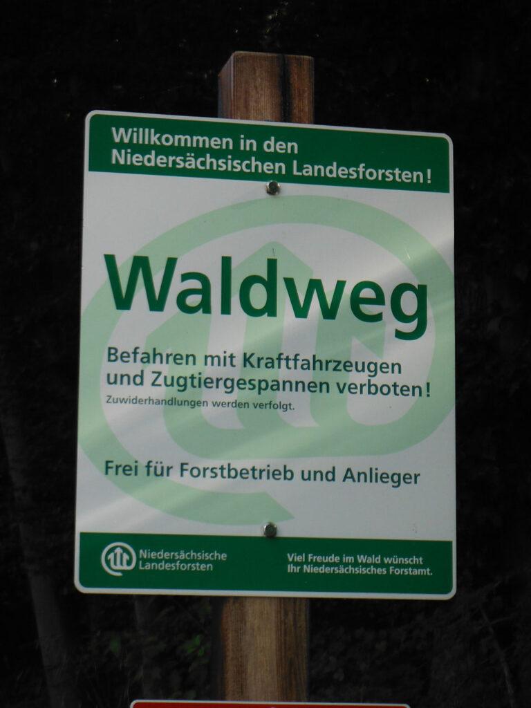 Schilder im Wald oder Schilderwald