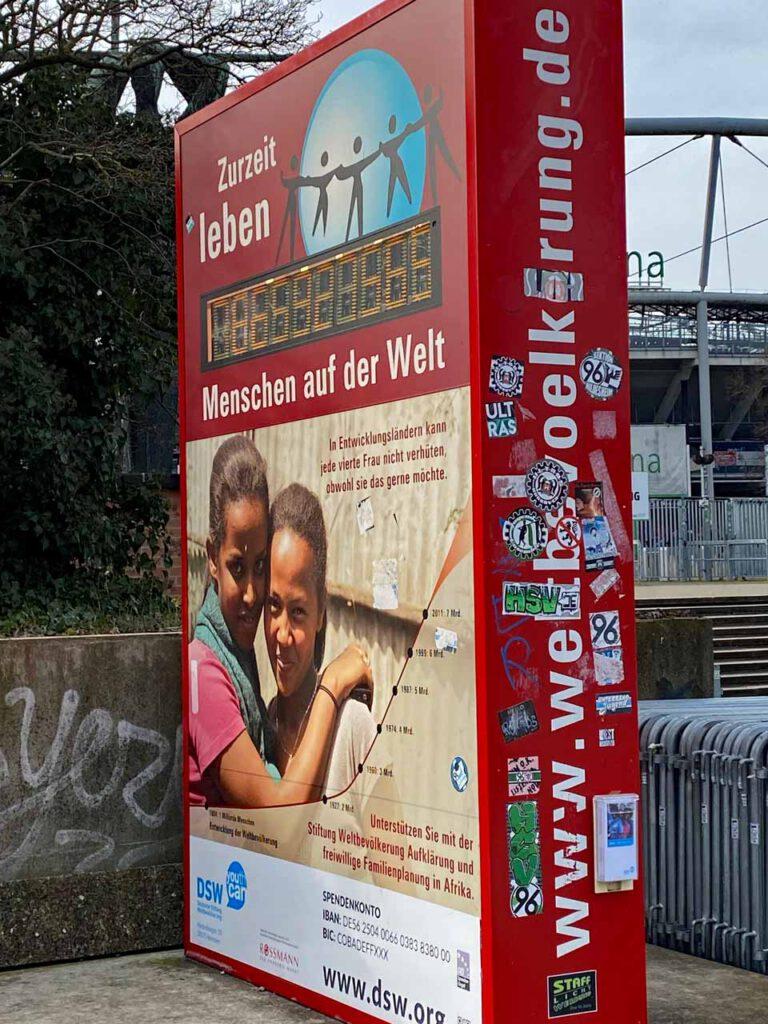 Bevölkerungsuhr am Niedersachsenstadion