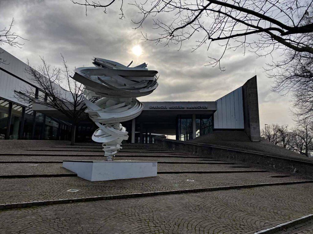 Twister Skulptur vor dem Sprengel Museum