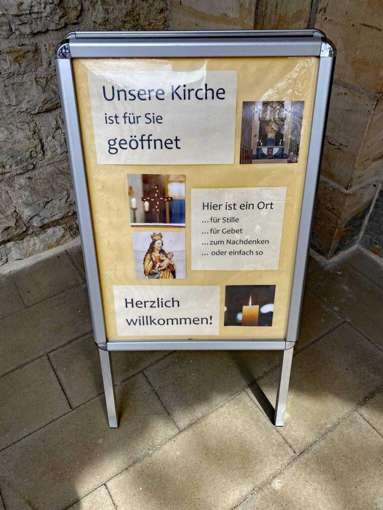 Öffnung von Kirchen Willkommenschilder