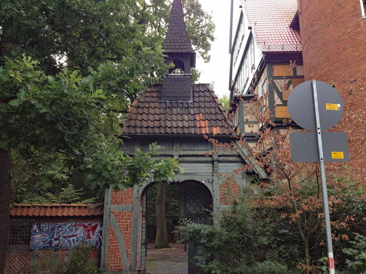 Ein Tor mit kleinem Turm