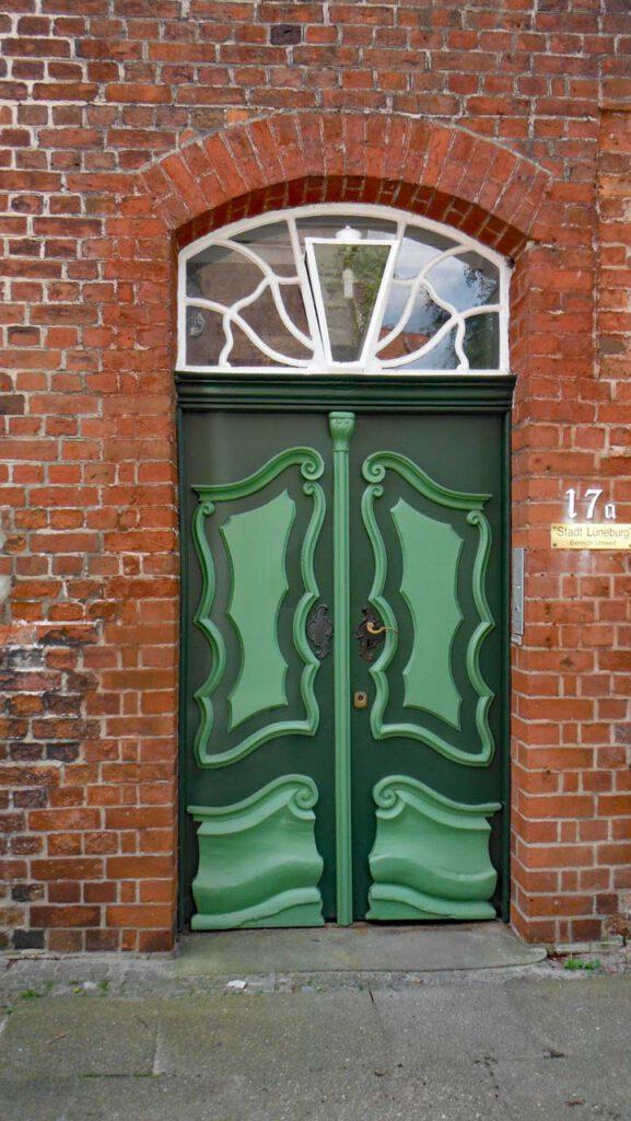Wunderschön gearbeitete Eingangstür in Lüneburg