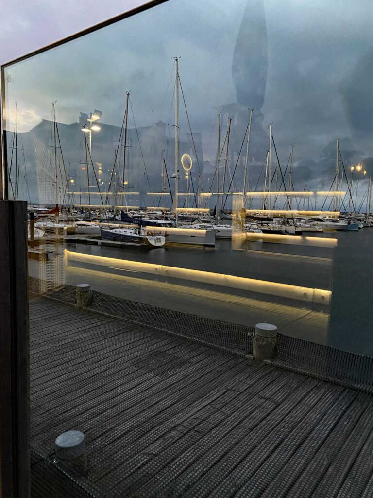 Spiegelung am Hafen